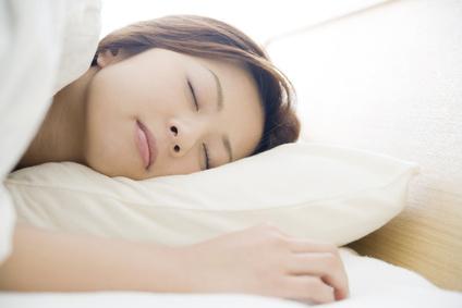 不自然な体勢や合わない枕も寝違えの原因になります