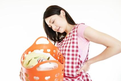 腰痛の辛い症状で家事に支障がでて悩む女性